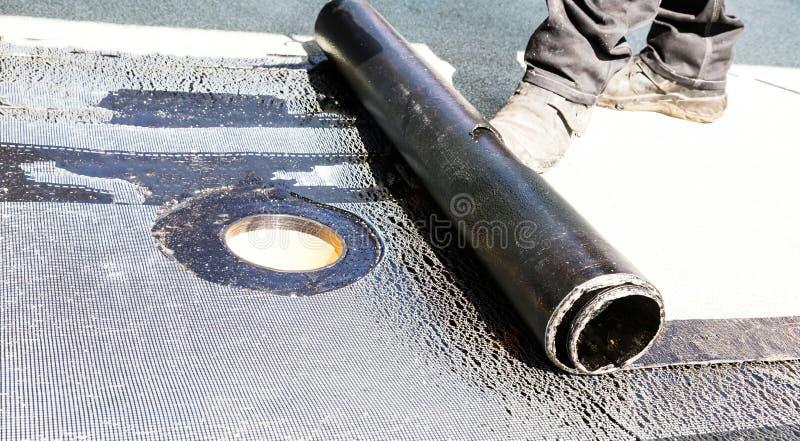 Крен настилая крышу установка с паяльной лампой пропана во время construc стоковые изображения rf