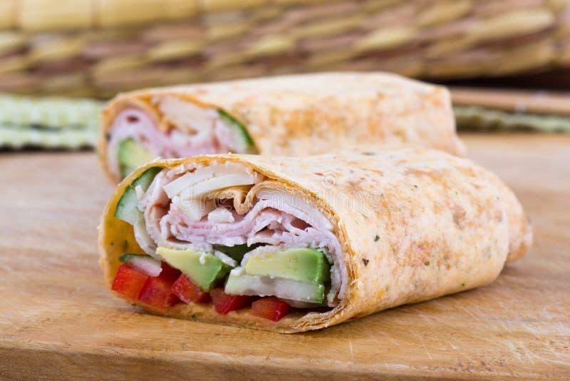 Крен обруча сандвича ветчины и авокадоа стоковые изображения rf