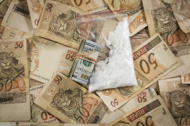 Крен долларовых банкнот и кокаин na górze 50 примечаний reais стоковая фотография