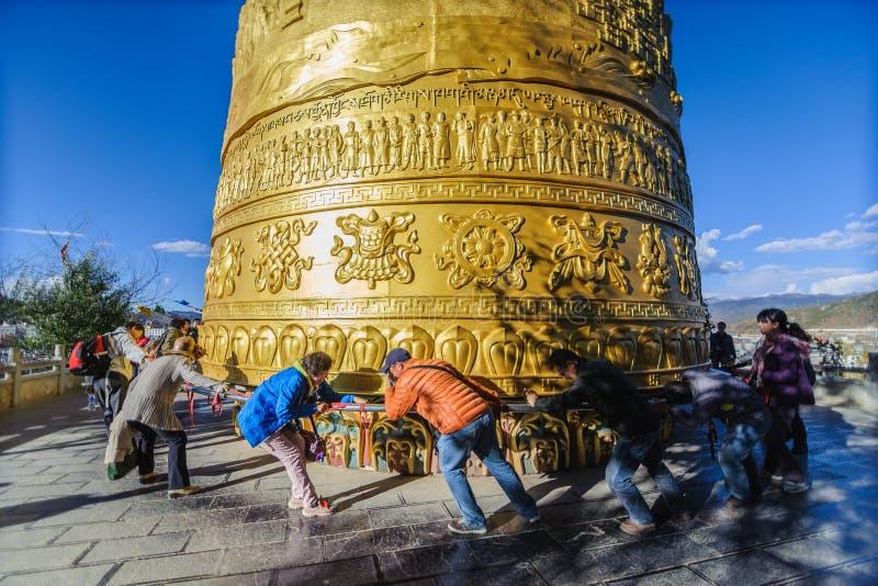 Крен путешественника самое большое колесо молитве стоковое фото