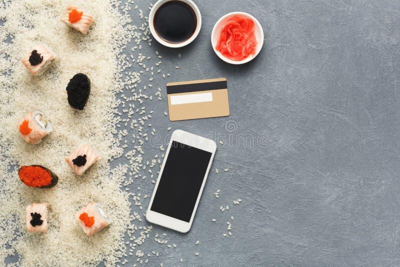 Крен суш и gunkan близко телефон и кредитная карточка стоковое изображение rf