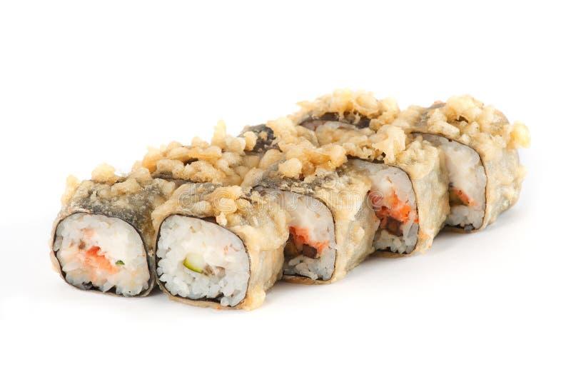 Крен суш - суши Maki с соусом цыпленка, авокадоа и специи изолированным на белой предпосылке стоковые изображения