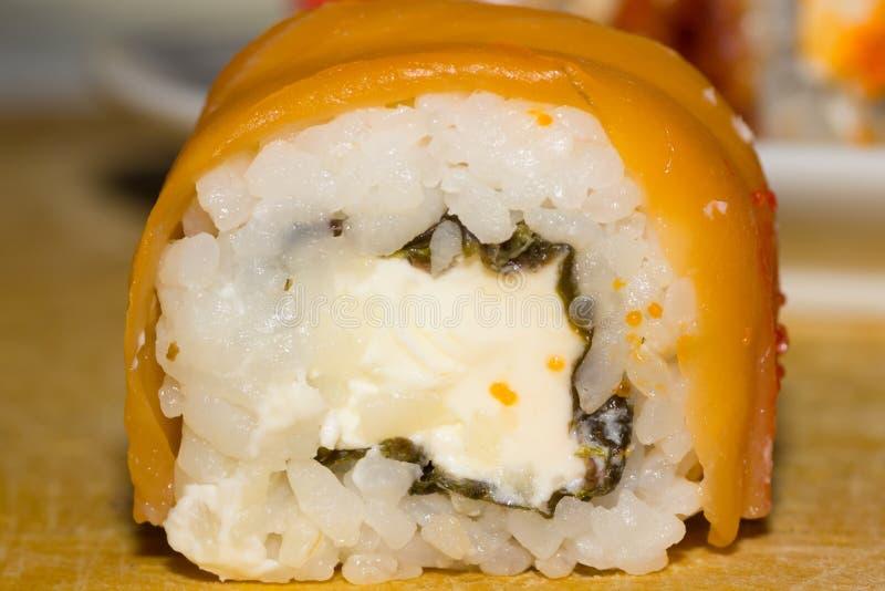 Крен суш с семгами и плавленым сыром Филадельфией стоковые изображения rf