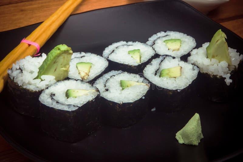 Крен суш Vegeterian с авокадоом на черной плите стоковые изображения