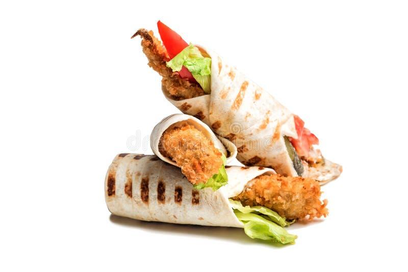 Крен сэндвича Tortilla с зажаренными рыбами и овощами solated на белой предпосылке стоковые фотографии rf
