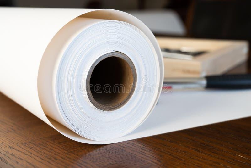 Крен холста с рамками растяжителя для печати и обрамляя холста ont фотоснимков стоковые фотографии rf