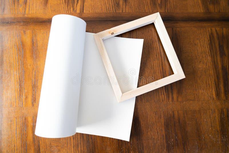Крен холста с рамками растяжителя для печати и обрамляя холста ont фотоснимков стоковые изображения rf