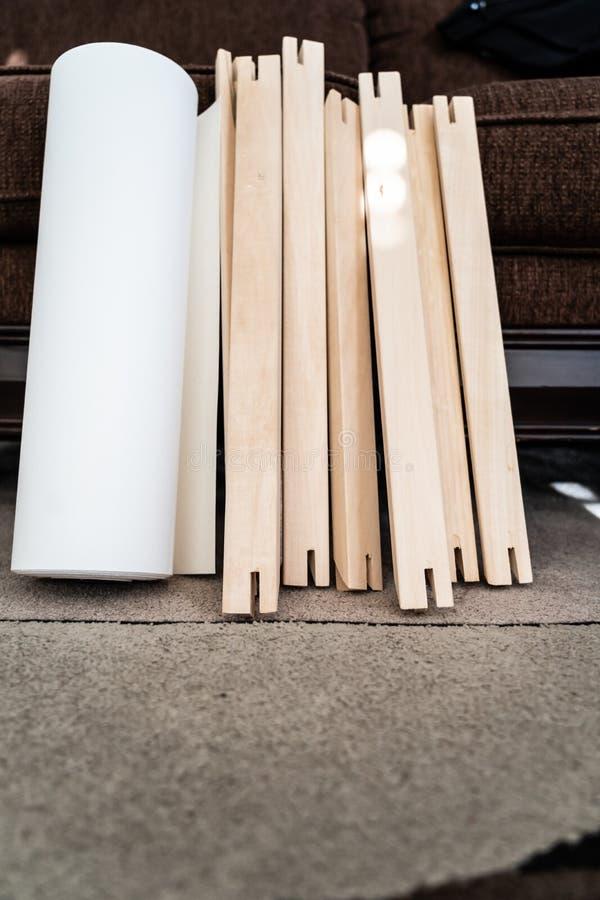 Крен холста с рамками растяжителя для печати и обрамляя холста ont фотоснимков стоковое фото rf