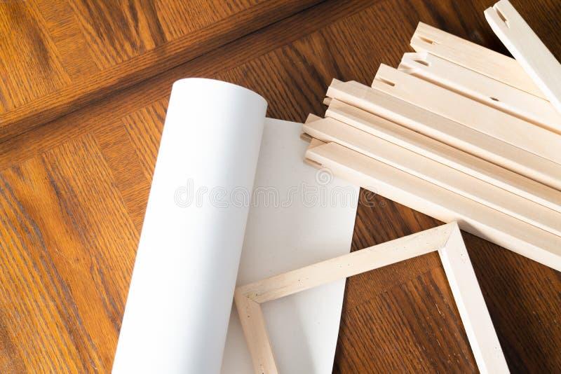 Крен холста с рамками растяжителя для печати и обрамляя холста ont фотоснимков стоковое изображение