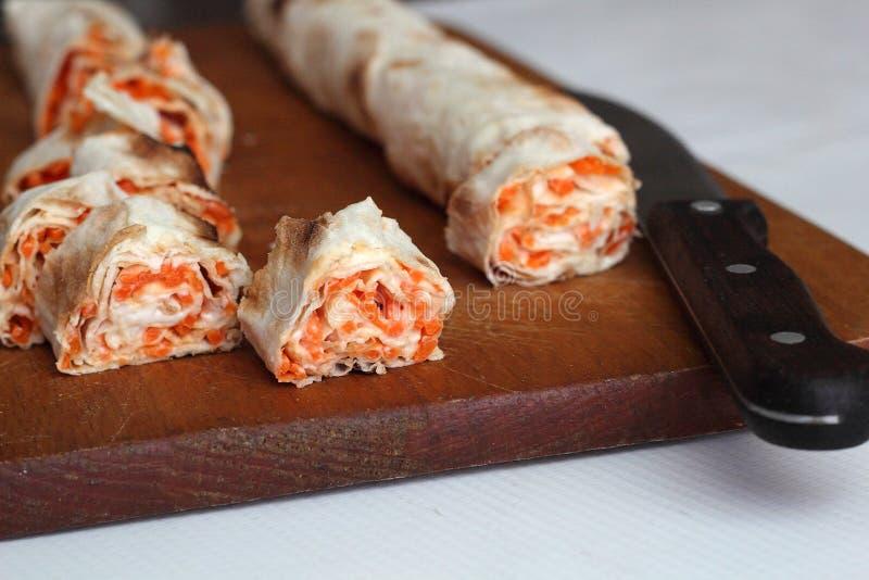 Крен хлеба pitta, моркови, яичек лежит стоковое изображение rf