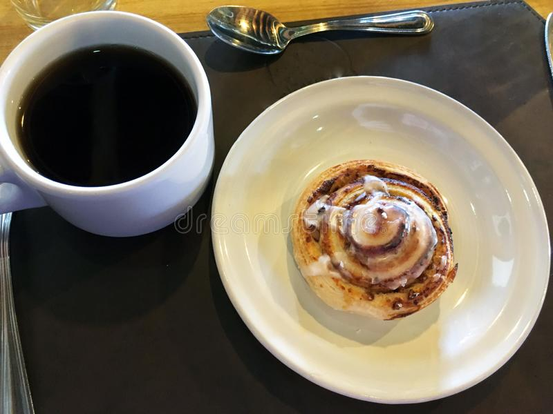 Крен циннамона и чашка кофе стоковые фото