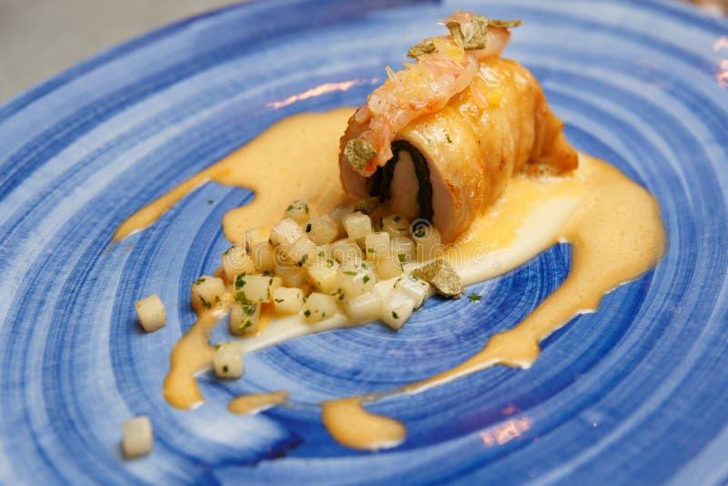 Крен цыпленка с шпинатом и потушенным сельдереем стоковые фотографии rf