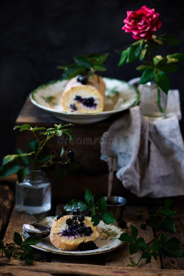 Крен чизкейка ежевики швейцарский с плавленым сыром стоковые фото