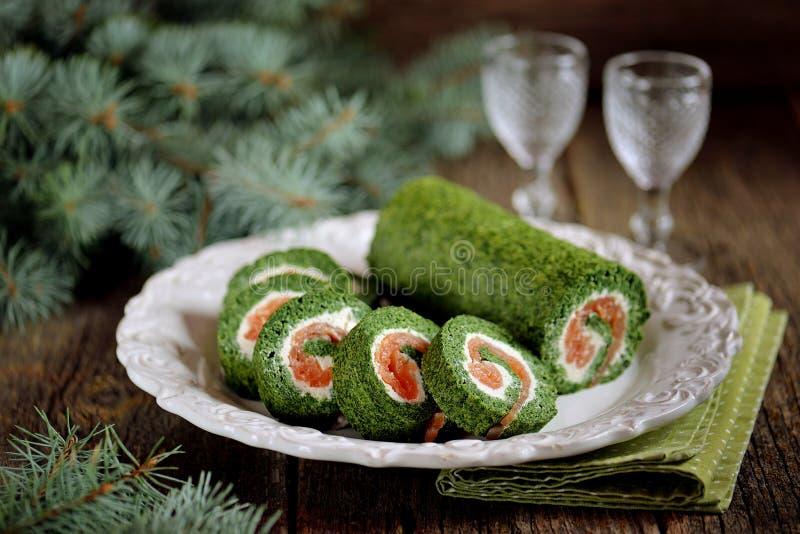 Крен шпината с, который курят salmon и плавленым сыром стоковые фотографии rf