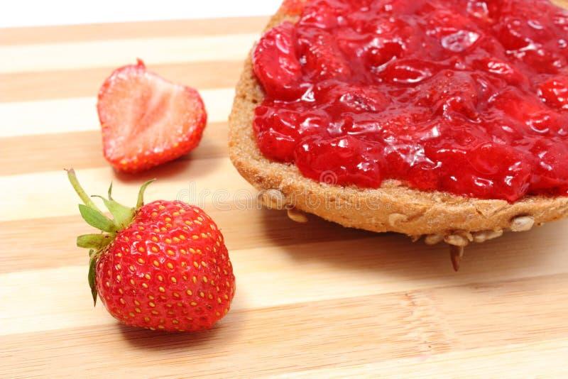 Крен Wholemeal с вареньем клубники и свежими фруктами стоковая фотография rf
