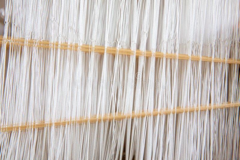 Крепкий ткацкий хлопок на ручной лум Избирательная концентрация хлопчатобумажной нитки на ткацком станке Тайский хлопок ручной ра стоковые фото