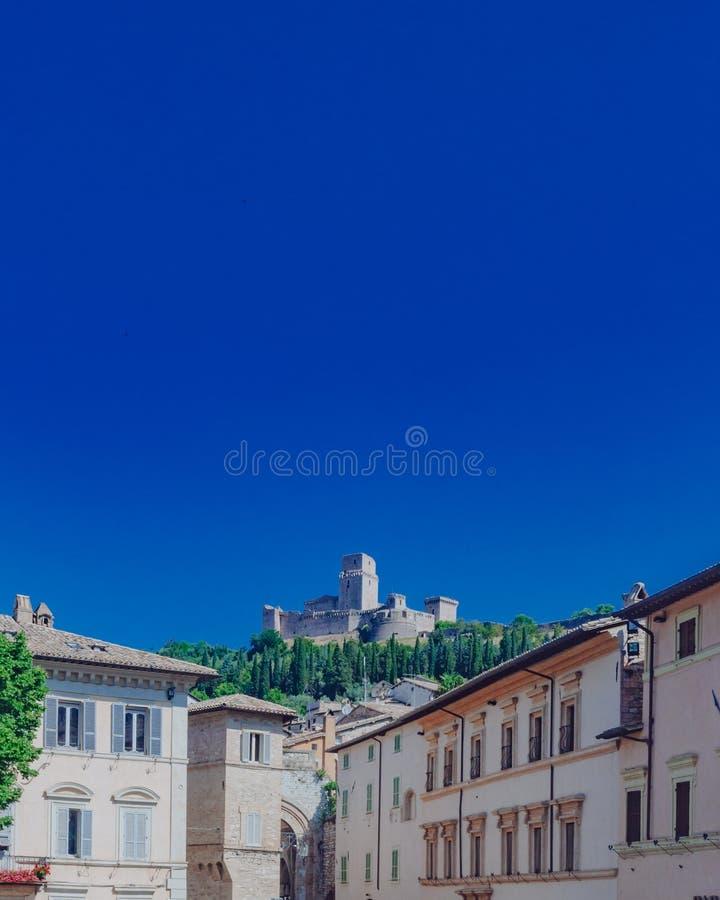 Крепость зданий и Rocca Maggiore в Assisi, Италии стоковые изображения