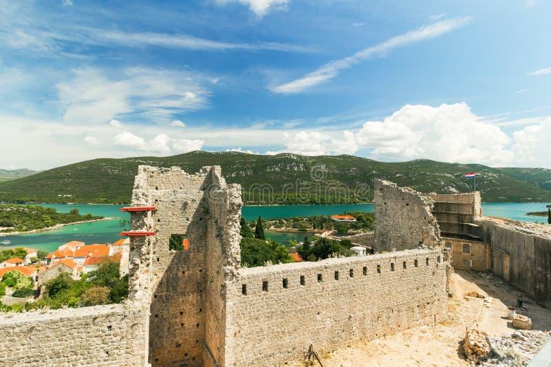 Крепость и стены в Мали Ston, Peljesac, Далмации, Хорватии стоковая фотография rf