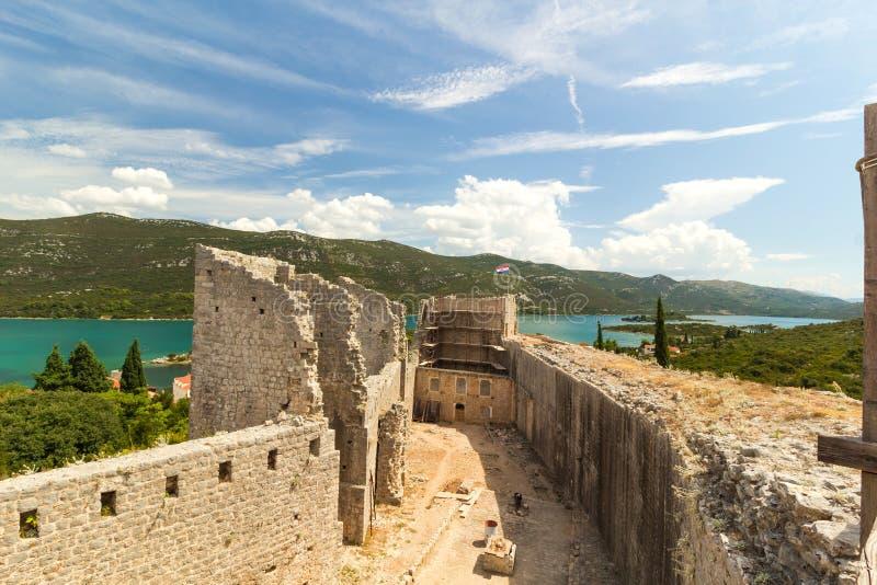 Крепость и стены в Ston, Peljesac, Хорватии стоковое изображение