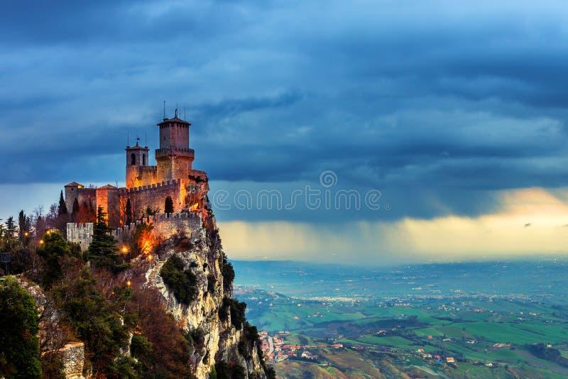 Крепость Сан-Марино Guaita на заходе солнца стоковые изображения