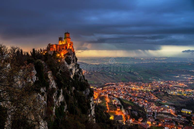 Крепость Сан-Марино Guaita на заходе солнца стоковые изображения rf