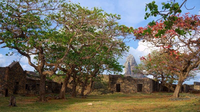 Крепость dos Remedios и пикового холма Nossa Senhora, Фернандо de Noronha, Бразилии стоковые фотографии rf