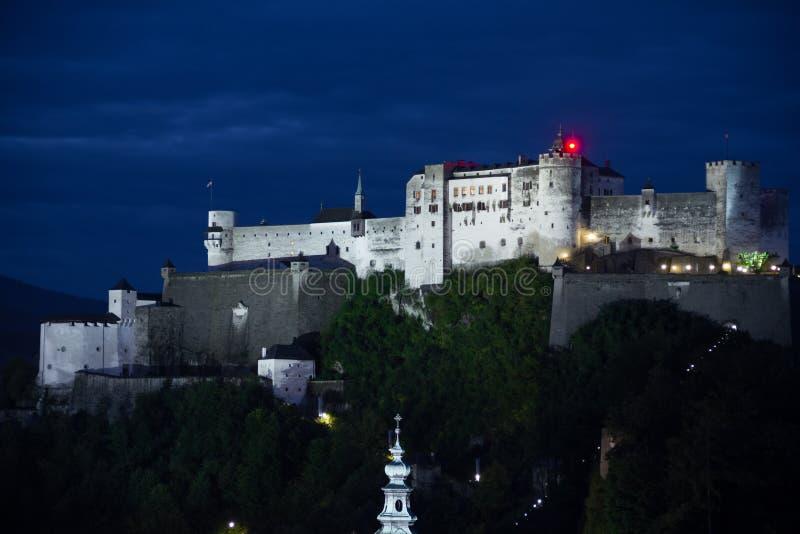 Крепость Hohensalzburg на ноче Зальцбург Австралии стоковые изображения rf