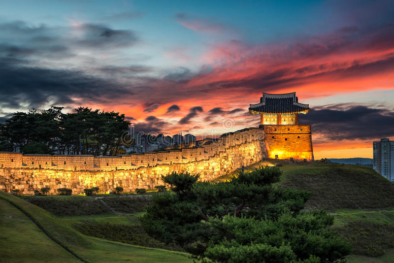 Крепость Hwaseong на сумраке стоковые изображения rf