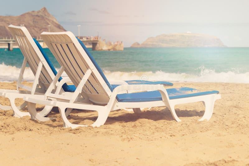 2 кресла для отдыха на песчаном пляже стоковое фото
