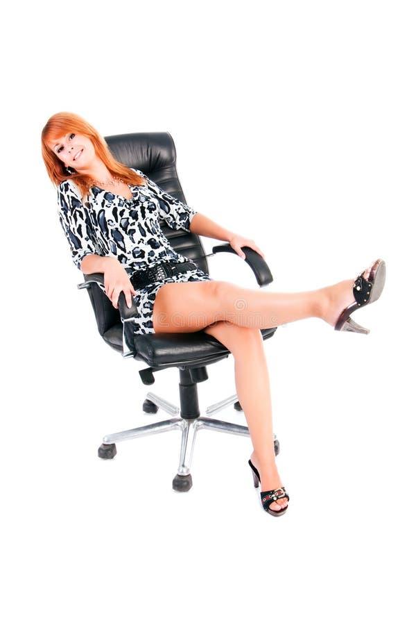 кресла платья девушки детеныши довольно стоковая фотография