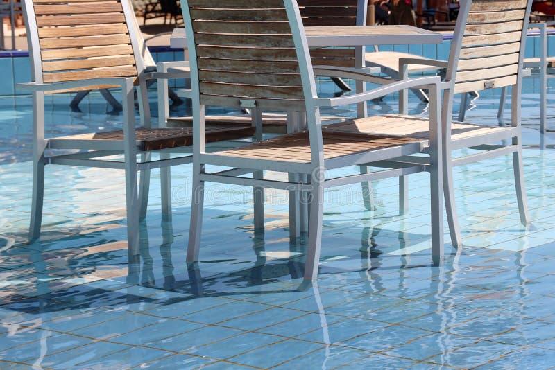 кресла приставают таблицы к берегу парасолей полдня жары кафа вниз стоковые фото