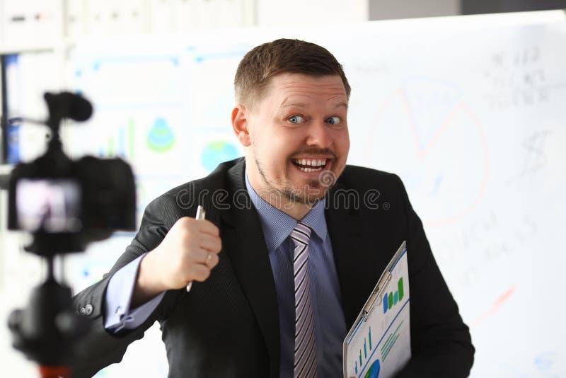 Кресло блоггера бизнесмена онлайн кричащее стоковая фотография