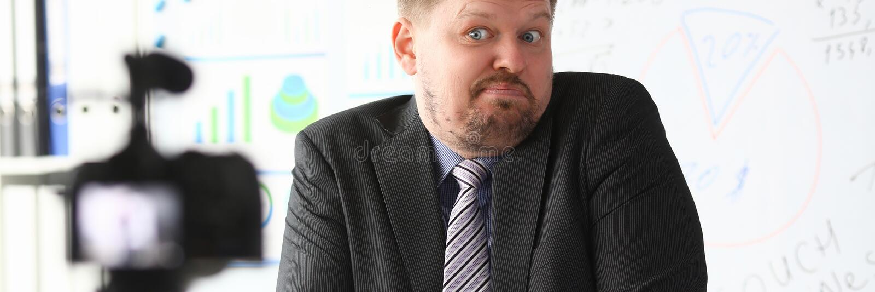 Кресло блоггера бизнесмена онлайн кричащее стоковые фотографии rf