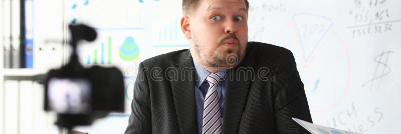 Кресло блоггера бизнесмена онлайн кричащее стоковая фотография rf