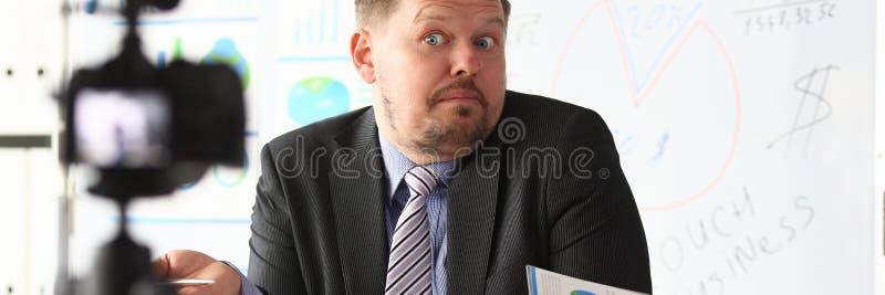 Кресло блоггера бизнесмена онлайн кричащее стоковое изображение rf