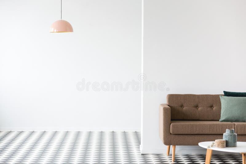 Кресло Брайна при зеленые подушки стоя в roo открытого пространства живущем стоковое фото rf