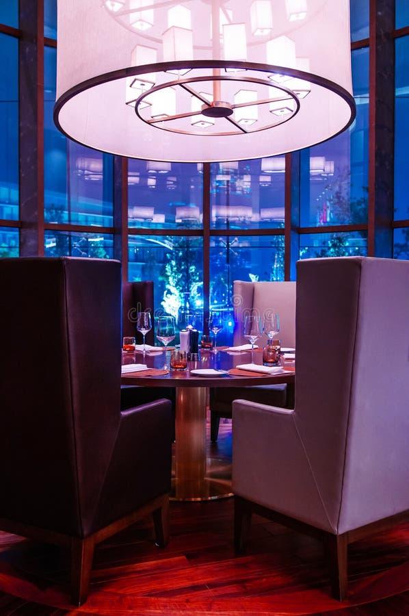 Кресло дизайна стиля гостиницы современное роскошное и точный обедая обеденный стол стоковая фотография