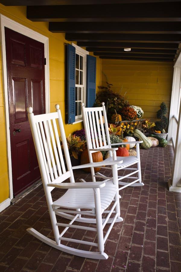 Кресло-качалки и украшение тыквы в городке Вашингтона, Вирджинии стоковое фото rf