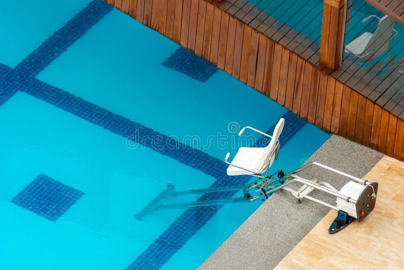 Кресло-коляска, кресло-коляска для спуска в бассейн стоковые изображения