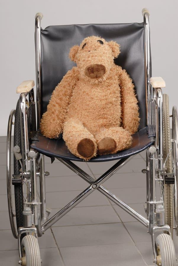 кресло-коляска игрушечного медведя коричневая стоковые изображения rf
