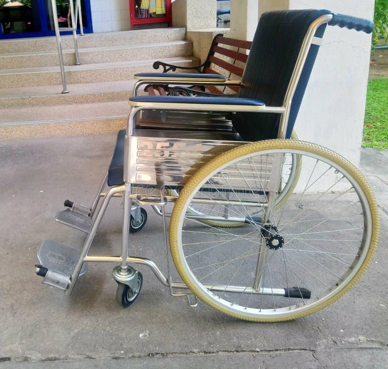 Кресло-коляска и стенд стоковые изображения