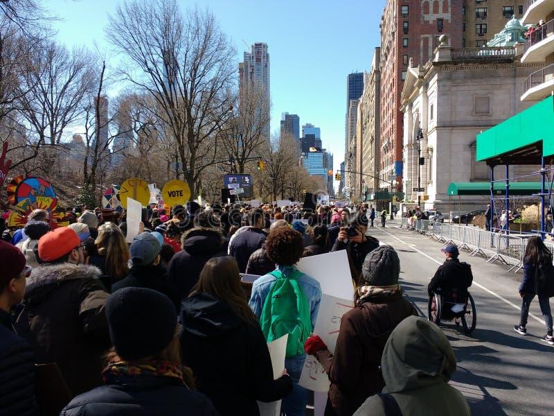 Кресло-коляска на марте на наши жизни, NYC, NY, США стоковые фотографии rf