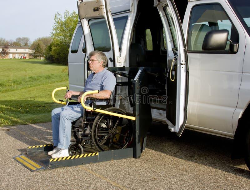кресло-коляска подъема гандикапа стоковые изображения