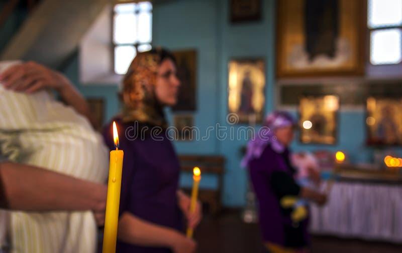 Крестить в церков Католицизм и ортодоксальность свеча дальше стоковые изображения