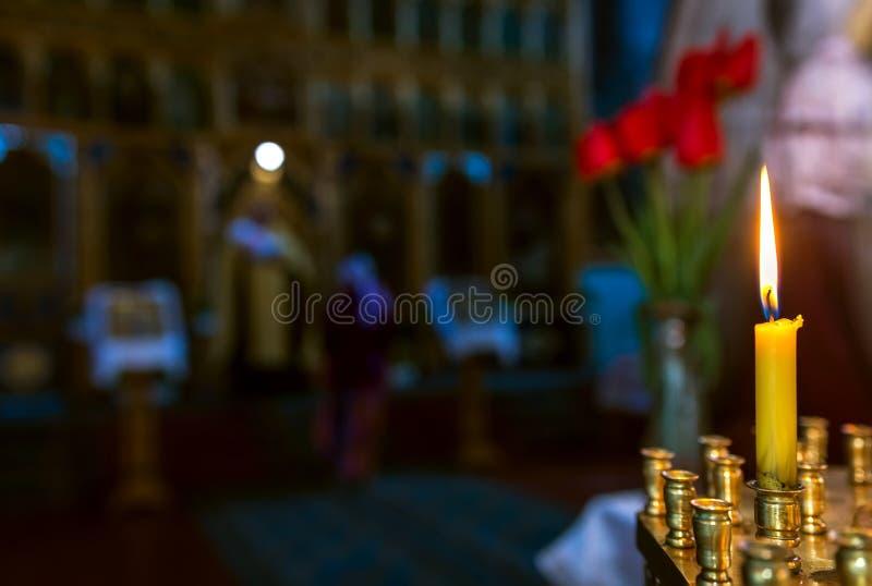 Крестить в церков Католицизм и ортодоксальность свеча дальше стоковые изображения rf