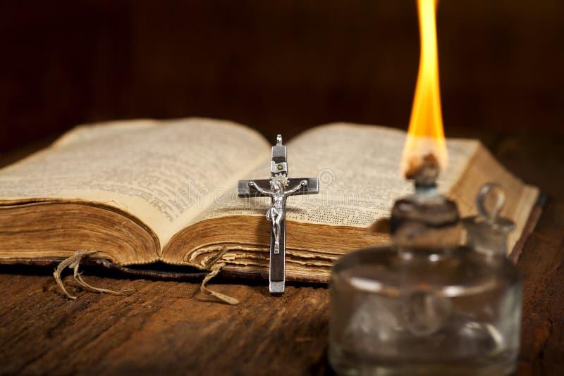 Крест и библия стоковые изображения