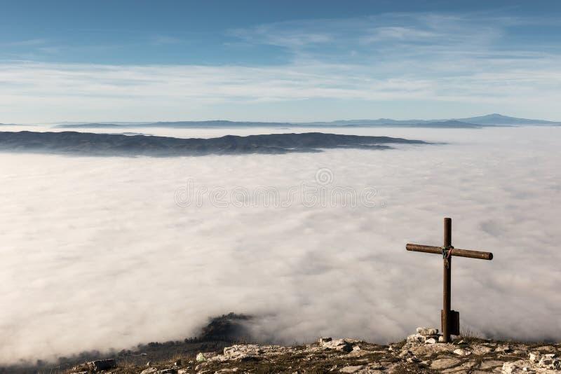 Крест и море тумана стоковое изображение rf