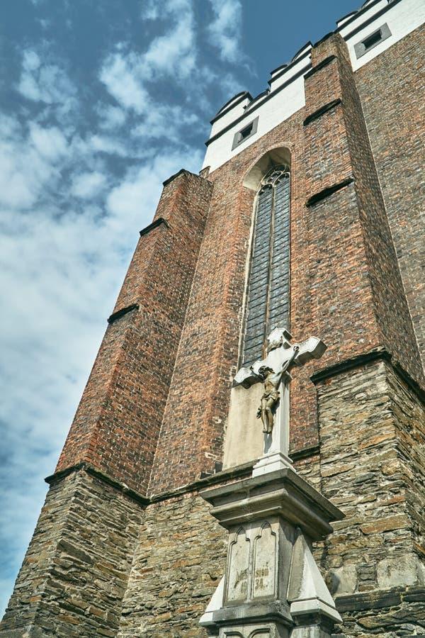 Крест и фасад средневековой защитительной церков стоковые изображения