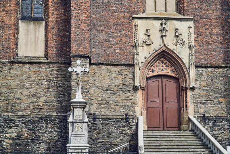 Крест и фасад средневековой защитительной церков стоковое изображение rf