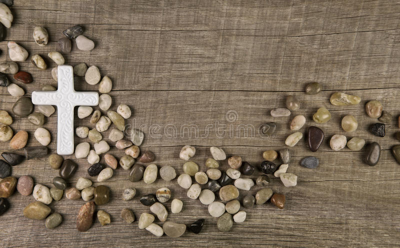 Крест камней на деревянной предпосылке для соболезнования или оплакивать стоковое изображение rf